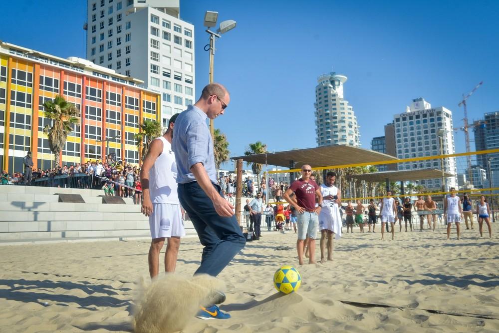 El príncipe William fue visto con jugadores israelíes de fútvoley en la playa Frishman en Tel Aviv, el 26 de junio de 2018. (Niv Aharonson / POOL)