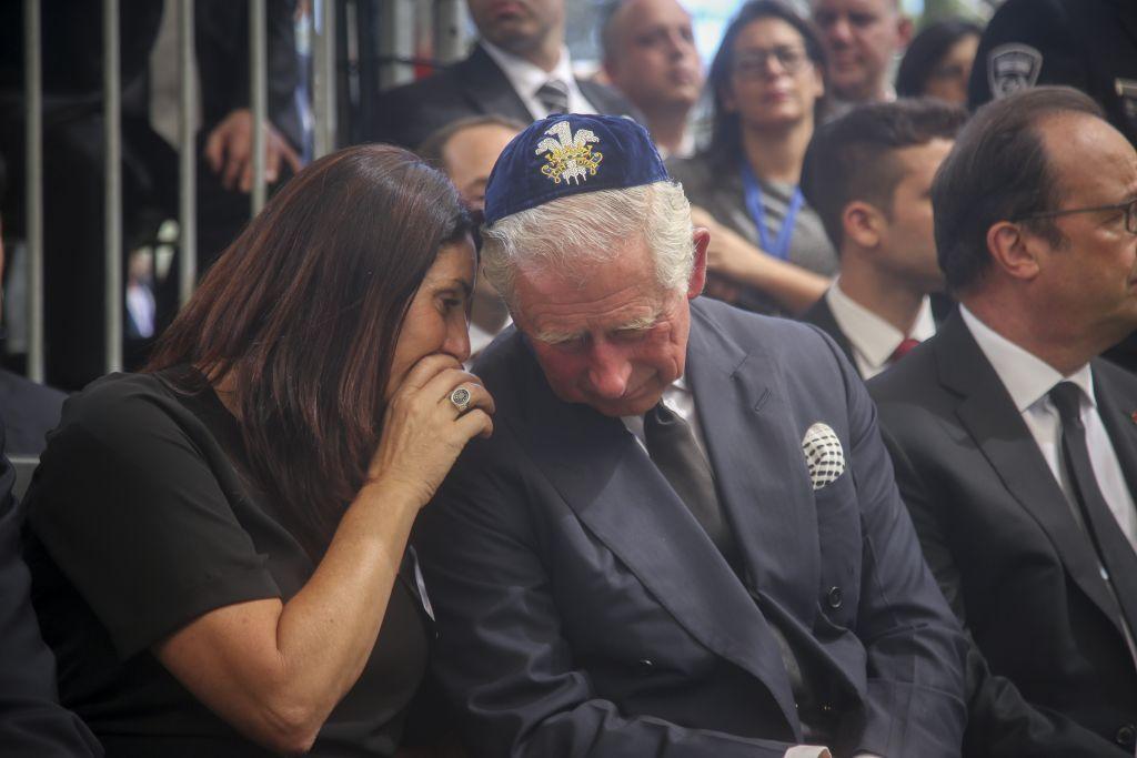 El Príncipe Carlos y la Ministra de Cultura de Israel Miri Regev en el funeral de Estado del ex presidente Shimon Peres en el monte Herzl, en Jerusalem, el 30 de septiembre. A la derecha está el presidente francés Francois Hollande (Marc Israel Sellem / POOL)
