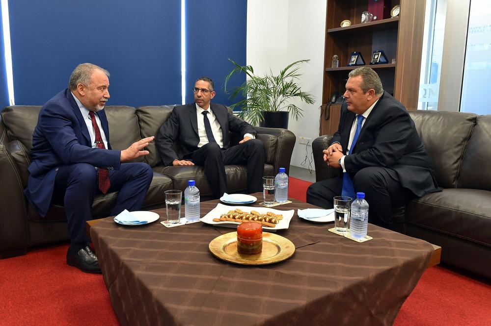 El ministro de Defensa israelí, Avigdor Liberman, a la izquierda, el ministro de Defensa chipriota Savvas Angelides, en el centro, y el ministro griego de Defensa, Panos Kammenos, se reúnen en Chipre el 22 de junio de 2018. (Ariel Hermoni / Ministerio de Defensa de Israel)