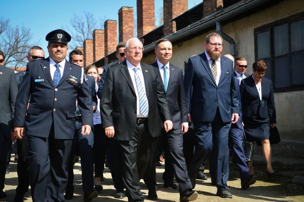 El presidente Reuven Rivlin, del centro, y el comisionado de policía de Israel Roni Alsheich, a la izquierda, participan en la Marcha de los Vivos en Auschwitz-Birkenau en Polonia, mientras Israel celebra el Día de Recordación del Holocausto, el 12 de abril de 2018. (Yossi Zeliger / Flash 90)