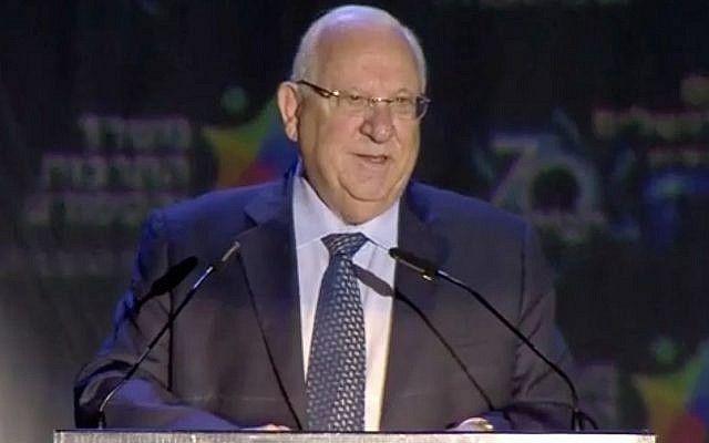 El presidente Reuven Rivlin habla en la ceremonia oficial que marca el Día de Jerusalem en la colina de municiones en Jerusalem el 13 de mayo de 2018. (Captura de pantalla: Ynet)