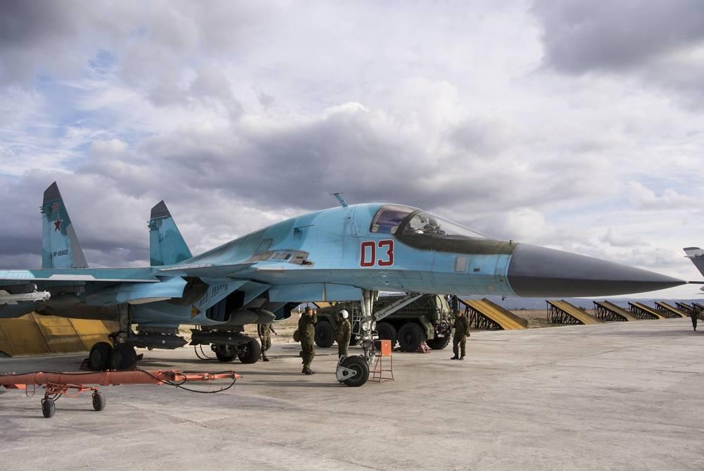 Un técnico de la fuerza aérea rusa informa a un piloto que un bombardero Su-34 está listo para una misión de combate en la base aérea de Hemeimeem en Siria el 20 de enero de 2016. (AP Photo / Vladimir Isachenkov)