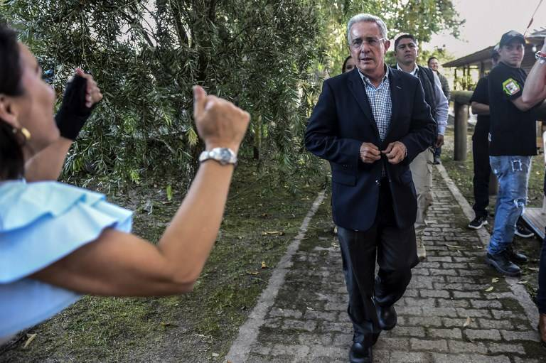 El ex presidente y senador Álvaro Uribe es felicitado por sus partidarios, después de que Ivan Duque, de su Partido del Centro Democrático, ganara la presidencia, en su casa en Rionegro, departamento de Antioquia, en Colombia el 17 de junio de 2018. (AFP / JOAQUIN SARMIENTO)