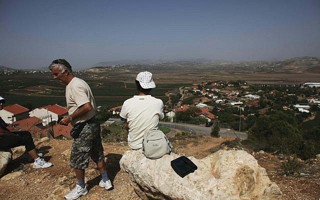 Los israelíes ven desde lo alto el Líbano desde la ciudad de Metula, en el norte de Israel, el jueves 14 de octubre de 2010. (AP Photo / Tara Todras-Whitehill)