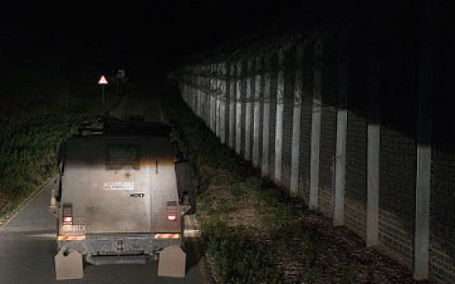 Los tractores cargan suministros humanitarios de las FDI en un camión que se envía a los refugiados sirios en campamentos de campaña en el suroeste de Siria, el 28 de junio de 2018 en los Altos del Golán. (Unidad del Portavoz de las FDI)