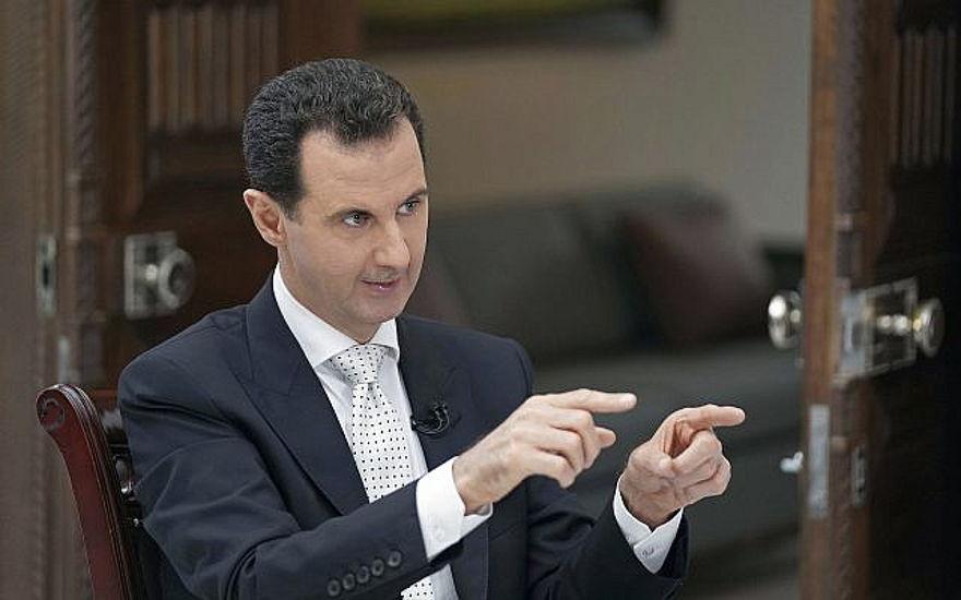 El presidente sirio Bashar Assad habla durante una entrevista con el periódico griego Kathimerini, en Damasco, Siria, en esta foto publicada el 10 de mayo de 2018. (SANA vía AP)