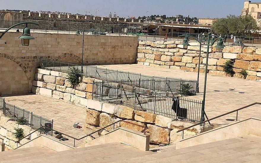 La plaza al lado de la mezquita subterránea de los establos de Salomón. Estas terrazas, dijo Zachi Dvira, se formaron a través de excavaciones ilegales y la eliminación de más de 9,000 toneladas de tierra. (Amanda Borschel-Dan / Times of Israel)La plaza al lado de la mezquita subterránea de los establos de Salomón. Estas terrazas, dijo Zachi Dvira, se formaron a través de excavaciones ilegales y la eliminación de más de 9,000 toneladas de tierra. (Amanda Borschel-Dan / Times of Israel)