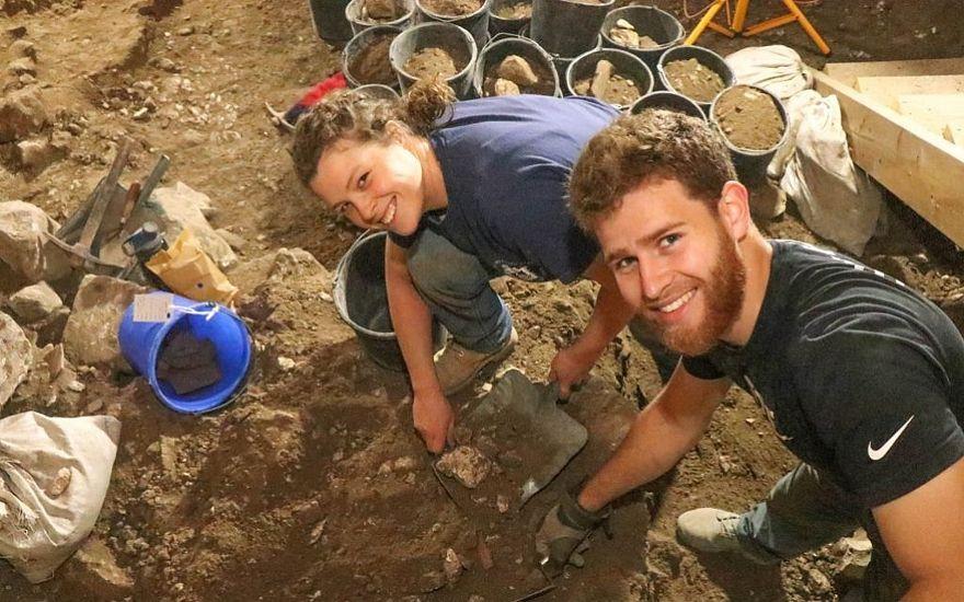 Estudiantes de Herbert W. Armstrong cavando en las excavaciones de Ophel en 2018. (Eilat Mazar)