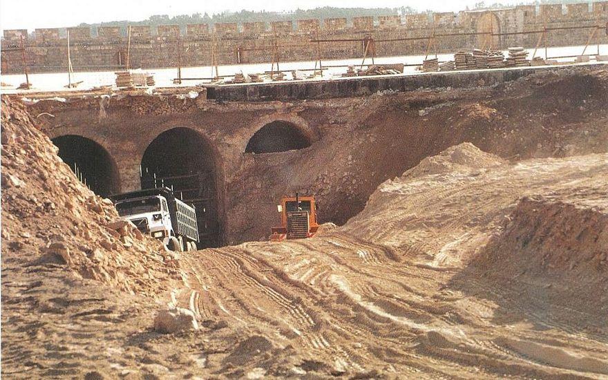 Rescatar los artefactos descartados durante la renovación no supervisada de 1999 de los Establos de Salomón del Monte del Templo (en la foto) fue la génesis del Proyecto de Tamizado del Monte del Templo. (Temple Mount Sifting Project)