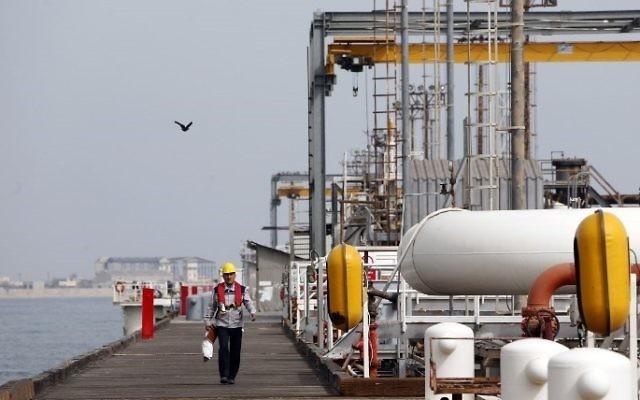 Esta foto, tomada el 12 de marzo de 2017, muestra a un trabajador iraní caminando por la plataforma de la instalación petrolera en la isla Khark, en la costa del Golfo. (AFP PHOTO / ATTA KENAR)