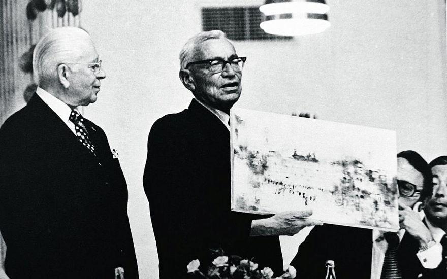 Herbert W. Armstrong (izquierda) y el Prof. Benjamin Mazar presentan las excavaciones de Jerusalén al embajador japonés. (cortesía)