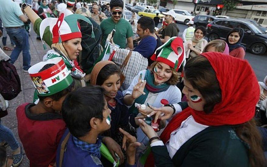 Después de que Irán prohibiera reuniones públicas para juegos, la fiebre del Mundial se desarrolla en los cines