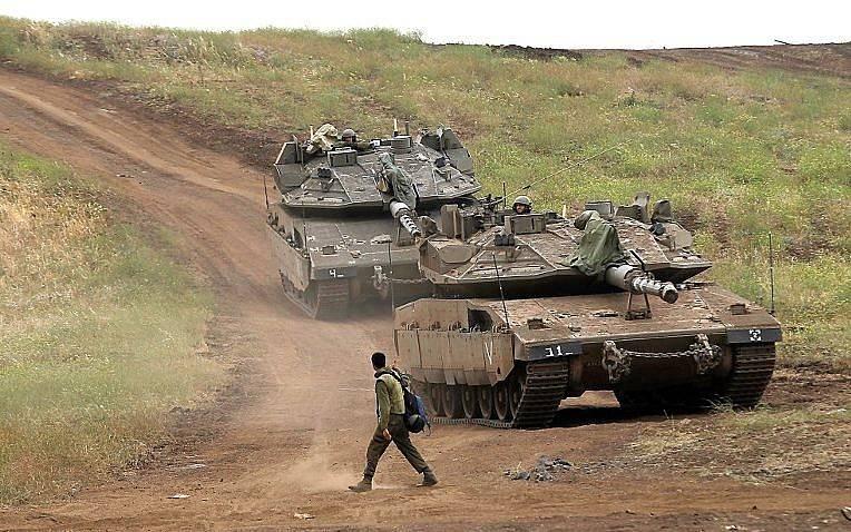 Un soldado israelí junto a los tanques Merkava Mark IV en los Altos del Golán durante un ejercicio militar el 7 de mayo de 2018. (AFP PHOTO / JALAA MAREY)