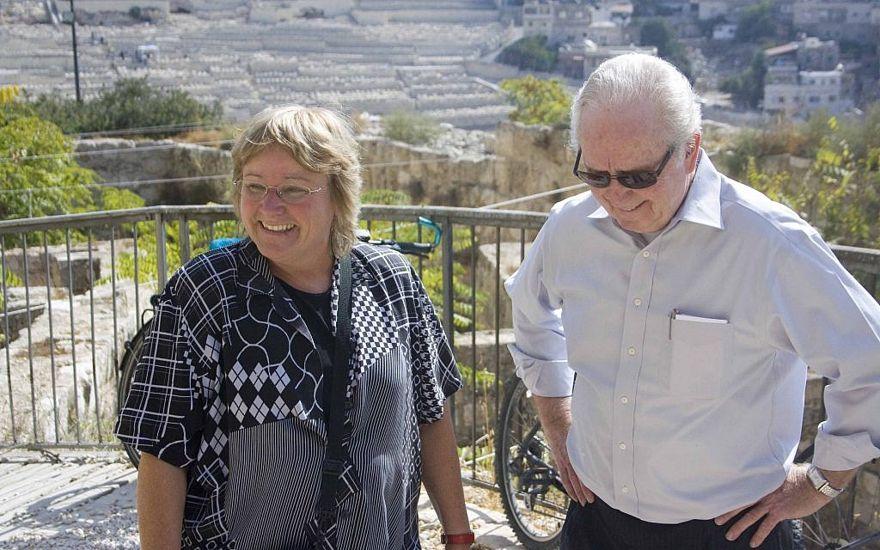 El arqueólogo de la Universidad Hebrea Dr. Eilat Mazar (izquierda) con Gerald Flurry, presidente de la Fundación Cultural Internacional Armstrong, en la excavación de Ophel en Jerusalén.