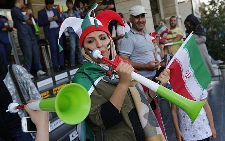 Los iraníes llegan para ver el partido de fútbol del Grupo B
