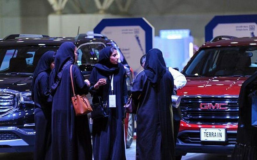 Mujeres sauditas comprueban autos en una exhibición de automóviles para mujeres en la capital saudí de Riad el 13 de mayo de 2018.  En septiembre de 2017, un decreto real anunció el fin de la prohibición de conducir mujeres, la única de este tipo en el mundo, como de junio de 2018. (AFP PHOTO / FAYEZ NURELDINE)