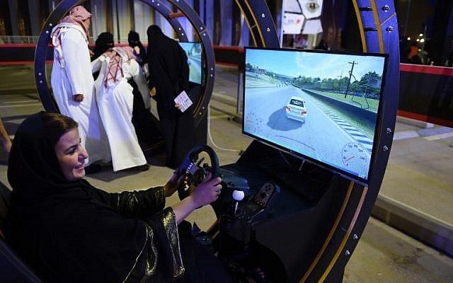 Una mujer árabe utiliza un simulador electrónico de conducción durante un taller de conducción de karts para mujeres en la capital saudí, Riad, el 21 de junio de 2018. (AFP / FAYEZ NURELDINE)