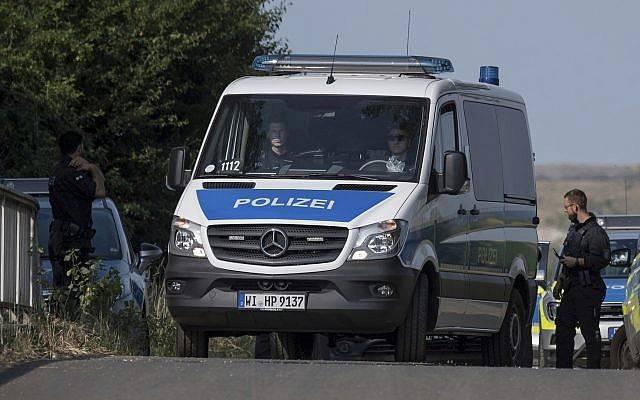 Los agentes de policía bloquean una carretera cerca de Wiesbaden, Alemania, el 7 de junio de 2018. (Boris Roessler / dpa vía AP)