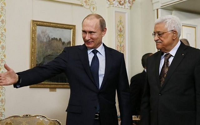 El presidente ruso, Vladimir Putin, a la izquierda, muestra el camino a su homólogo palestino, Mahmoud Abbas, durante su reunión en la residencia Novo-Ogaryovo, en las afueras de Moscú, el 13 de abril de 2015. (AFP / Sergei Ilnitsky, Pool)