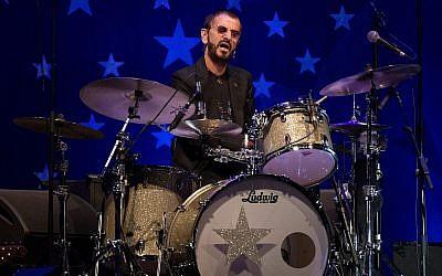 Ringo Starr se presenta en Tel Aviv, Israel, el sábado, 23 de junio de 2018. (AP Photo / Ariel Schalit)