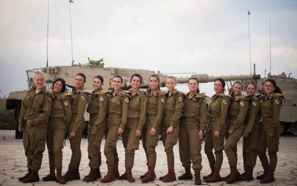 Las 13 primeras operadoras de tanques femeninas de Israel, que completaron su entrenamiento el 5 de diciembre de 2017, posan para una fotografía en el monumento del Cuerpo Blindado en Latrun, en las afueras de Jerusalén. (Fuerzas de Defensa de Israel)