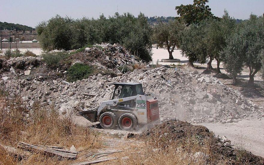 Un cargador frontal Bobcat mueve la tierra en el Monte del Templo en julio de 2011. (Zachi Dvira)