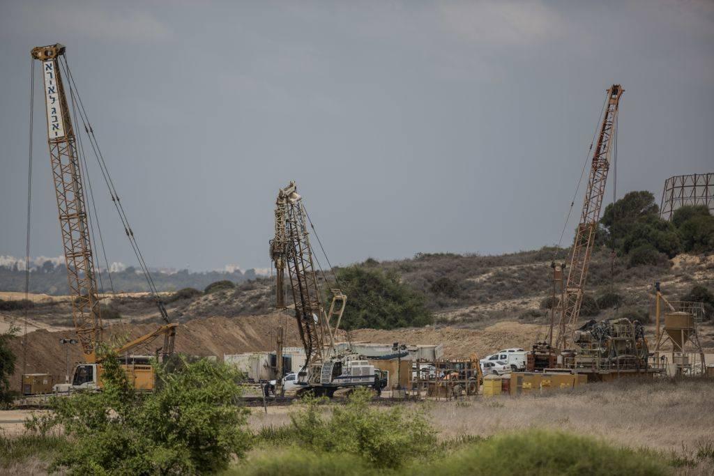 En esta foto de archivo del 8 de septiembre de 2016, la maquinaria pesada funciona en una enorme barrera subterránea que se espera que se extienda a lo largo de toda la frontera de 60 kilómetros con Gaza.(Foto AP / Tsafrir Abayov, Archivo)