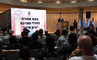 El primer ministro Benjamin Netanyahu habla en una ceremonia en memoria de los soldados israelíes muertos en la guerra de Gaza 2014 en el cementerio militar de Mount Herzl en Jerusalén el 3 de julio de 2018. (Haim Zach / GPO)