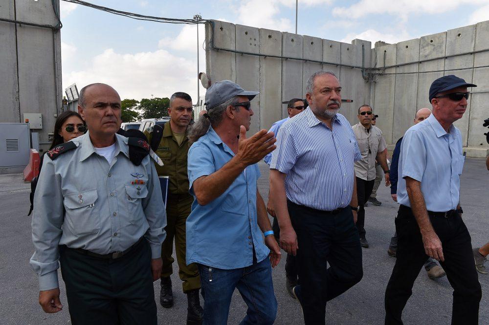 El defensor Minsiter Avigdor Liberman visita Kerem Shalom Crossing el 22 de julio de 2018. (Ariel Hermoni / Ministerio de Defensa)