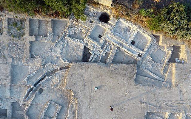 El estanque bizantino y el sistema de canales de agua en una excavación del norte de Gedera. (Yitzhak Mermelstein, Autoridad de Antigüedades de Israel)