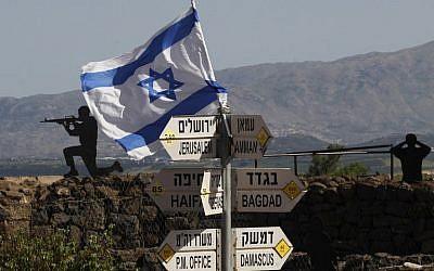 Se ve una bandera israelí en el Monte Bental en los Altos del Golán el 10 de mayo de 2018. (AFP / Jalaa Marey)