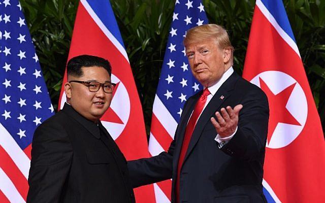 El presidente de EE. UU. Donald Trump (R) hace un gesto al reunirse con el líder norcoreano Kim Jong Un (L) al comienzo de su histórica cumbre entre EE. UU. Y Corea del Norte, en el Hotel Capella en la isla Sentosa en Singapur el 12 de junio de 2018. (AFP FOTO / SAUL LOEB)