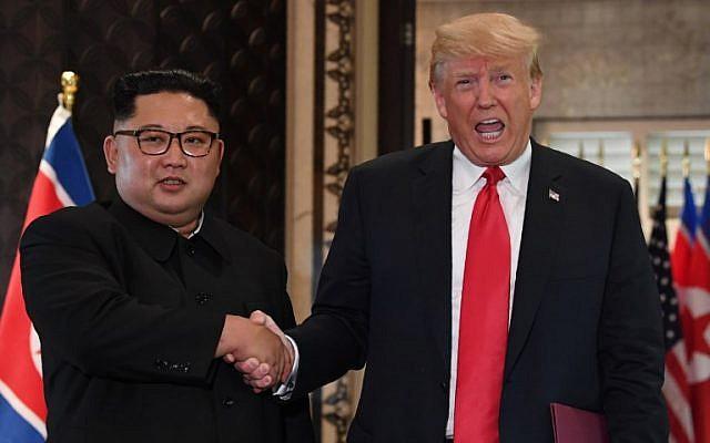 El presidente estadounidense Donald Trump (R) y el líder norcoreano Kim Jong Un se dan la mano tras una ceremonia de firma durante su histórica cumbre EEUU-Corea del Norte, en el Hotel Capella en la isla Sentosa en Singapur el 12 de junio de 2018. (AFP PHOTO / SAUL LOEB )