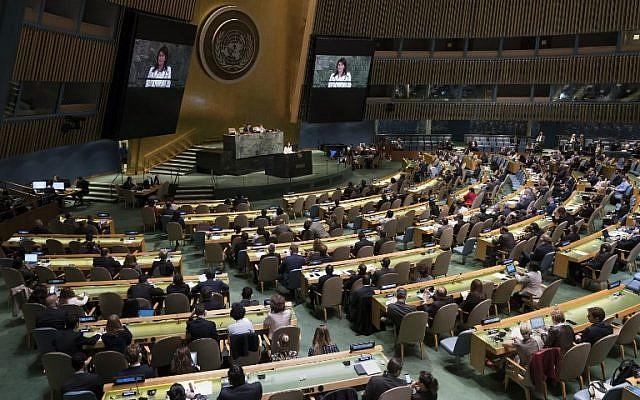 La Embajadora de los Estados Unidos ante las Naciones Unidas, Nikki Haley, habla ante la Asamblea General antes de una votación en la Asamblea General el 13 de junio de 2018 en Nueva York. (Foto AFP / Don Emmert)