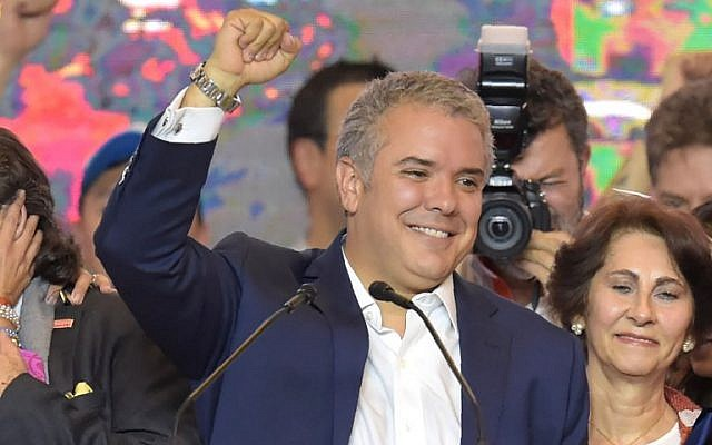 El recién electo presidente colombiano Ivan Duque celebra con simpatizantes en Bogotá, luego de ganar las elecciones presidenciales de segunda vuelta el 17 de junio de 2018. (AFP / Raúl Arboleda)