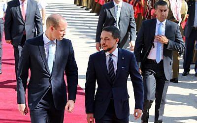 El príncipe William es recibido en el aeropuerto militar Marka de Amman por el príncipe heredero Hussein bin Abdullah el 24 de junio de 2018. (AFP Photo / Khalil Mazraawi)