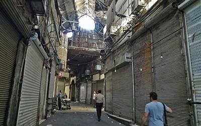 Las tiendas iraníes cerraron en el antiguo Gran Bazar en Teherán el 25 de junio de 2018. (AFP Photo / Atta Kenare)