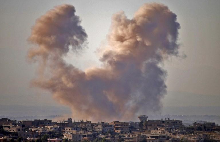 El humo se eleva por encima de las zonas de la provincia de Daraa, mantenidas por la oposición, durante los ataques aéreos de las fuerzas del régimen sirio el 27 de junio de 2018. (Mohamad ABAZEED / AFP)
