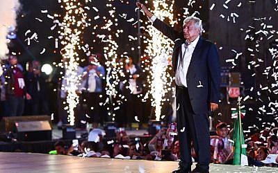 El candidato presidencial mexicano Andrés Manuel López Obrador en el estadio Azteca en la Ciudad de México, el 27 de junio de 2018. (AFP / RONALDO SCHEMIDT)