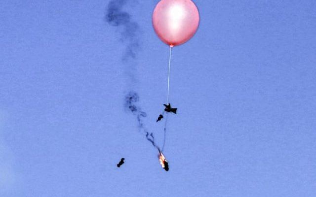 Un globo cargado con material incendiario es lanzado hacia Israel por palestinos al este de la ciudad de Gaza el 29 de junio de 2018. (AFP PHOTO / MAHMUD HAMS)
