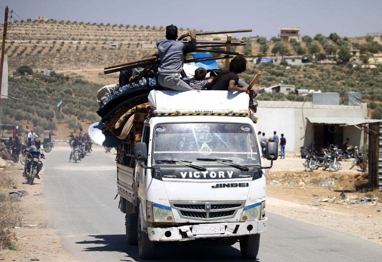 Los sirios huyen de las áreas controladas por los rebeldes de la ciudad de Daraa durante los ataques aéreos de las fuerzas del régimen sirio el 30 de junio de 2018. (AFP / Mohamad ABAZEED)