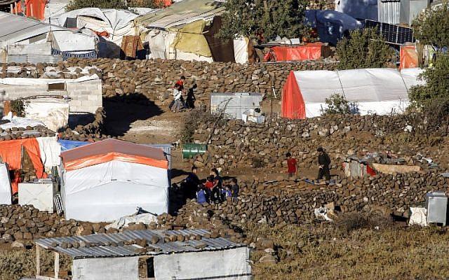 Una fotografía tomada desde los Altos del Golán israelí muestra una vista de un campamento para sirios desplazados cerca de la aldea siria de Burayqah, en la provincia sureña de Quneitra, el 30 de junio de 2018. (AFP Photo / Menahem Kahana)
