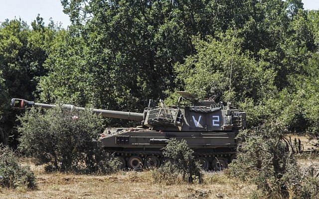 Una pieza de artillería móvil israelí desplegada cerca de la frontera con Siria en los Altos del Golán israelí el 1 de julio de 2018. (AFP Photo / Jalaa Marey)