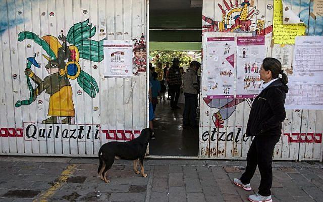 La gente emitió su voto durante las elecciones presidenciales en una mesa de votación en Xochimilco, Ciudad de México el 1 de julio de 2018. (AFP PHOTO / Guillermo Arias)