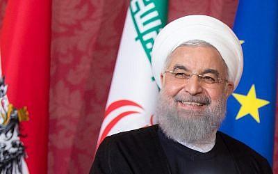 El presidente iraní, Hassan Rouhani, escucha durante una conferencia de prensa conjunta con el presidente de Austria después de las conversaciones del 4 de julio de 2018 en el Palacio de Hofburg en Viena. (AFP PHOTO / APA / GEORG HOCHMUTH)