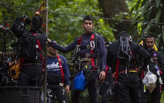 Buzos tailandeses transportan suministros mientras continúan las operaciones de rescate de 12 niños y su entrenador atrapado en la cueva de Tham Luang en la provincia de Chiang Rai el 5 de julio de 2018. (AFP / Ye Aung Thu)