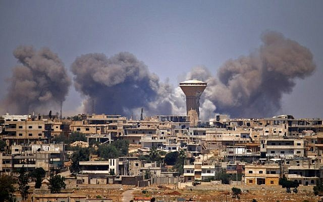 El humo se eleva sobre las zonas controladas por los rebeldes de la ciudad de Daraa durante los ataques aéreos informados por las fuerzas del régimen sirio el 5 de julio de 2018. (AFP PHOTO / Mohamad ABAZEED)