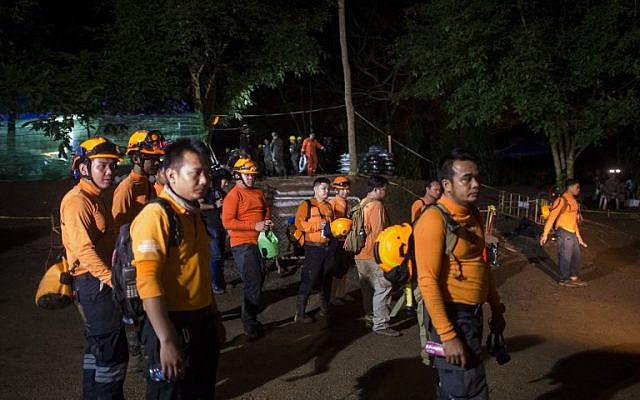 Los voluntarios tailandeses son vistos en el área de la cueva Tham Luang mientras las operaciones continúan para los 12 niños y su entrenador atrapado en la cueva en el Parque Forestal Khun Nam Nang en el distrito Mae Sai de la provincia de Chiang Rai el 6 de julio de 2018. (AFP / Ye Aung Thu)