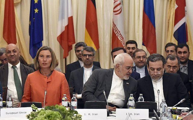 La Alta Representante de la Unión Europea para Asuntos Exteriores Federica Mogherini, izquierda, y el Ministro de Relaciones Exteriores iraní Mohammad Javad Zarif, en el centro, participan en una reunión ministerial del Plan Integral de Acción (JCPOA) sobre el acuerdo nuclear de Irán el 6 de julio de 2018 en Viena. Austria. (AFP / APA / Hans Punz)