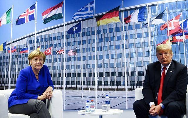 La canciller alemana Angela Merkel (L) y el presidente estadounidense Donald Trump (R) hacen una declaración a la prensa después de una reunión bilateral al margen de la cumbre de la OTAN (Organización del Tratado del Atlántico Norte) en la sede de la OTAN, en Bruselas, el 11 de julio. 2018. (AFP PHOTO / Brendan Smialowski)